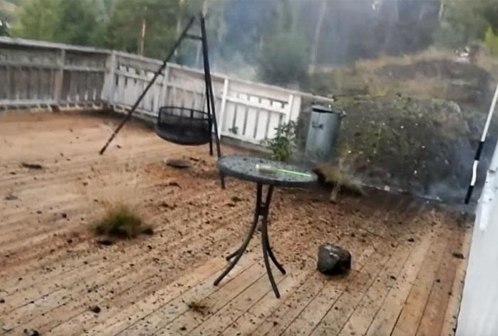 Homem tenta gravar tempestade de raios e acaba filmando o momento mais assustador de sua vida!