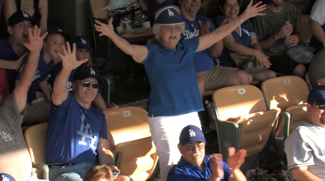 Câmera dá o zoom em uma senhora durante jogo de beisebol e ela simplesmente arrasa!