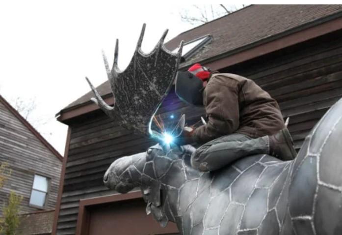 Artistas fazem obras inacreditáveis com metal reciclado