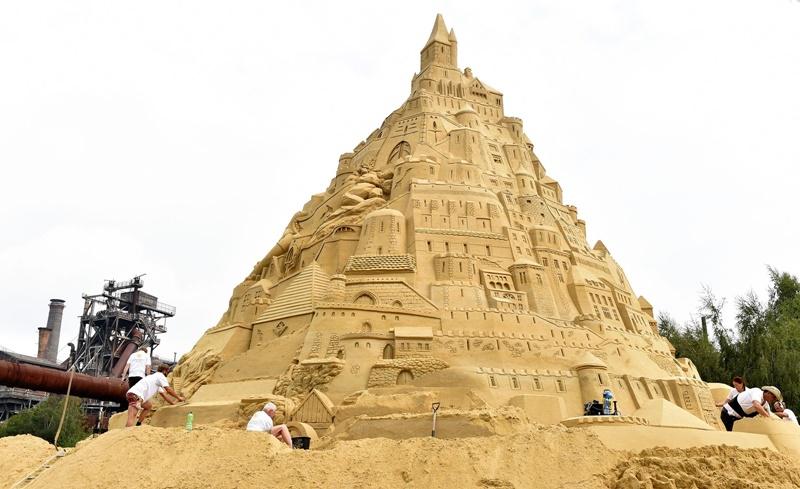 Equipe alemã quer bater o recorde mundial e construir o maior castelo de areia do mundo!