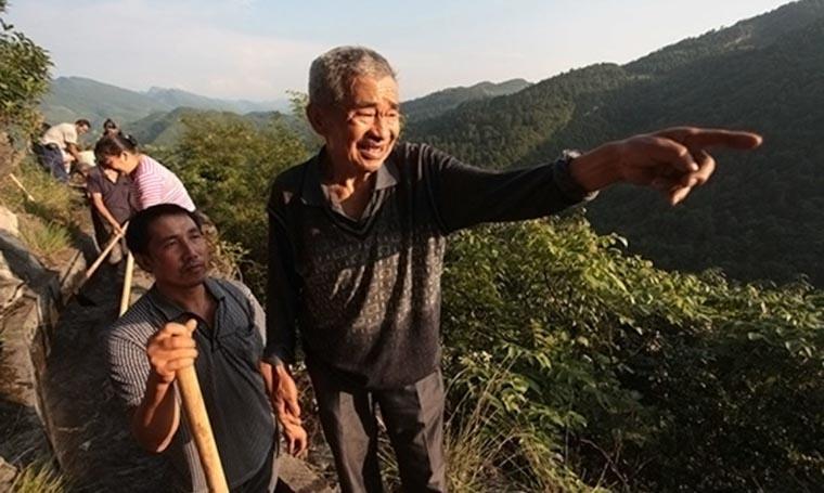 Ele passou 36 anos cavando uma montanha para levar água ao seu vilarejo