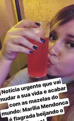 Marília Mendonça não está nem aí para o que dizem e postou foto abraçada com copo, ironizando polêmicas