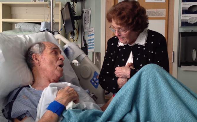 Idoso de 86 anos teme que seus dias estejam acabando e compartilha emocionante canção com sua mulher