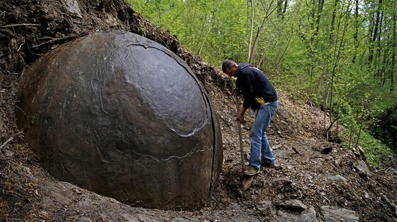 Hallan una gran esfera de hierro en Bosnia y se especula que pertenezca a civilizaciones perdidas