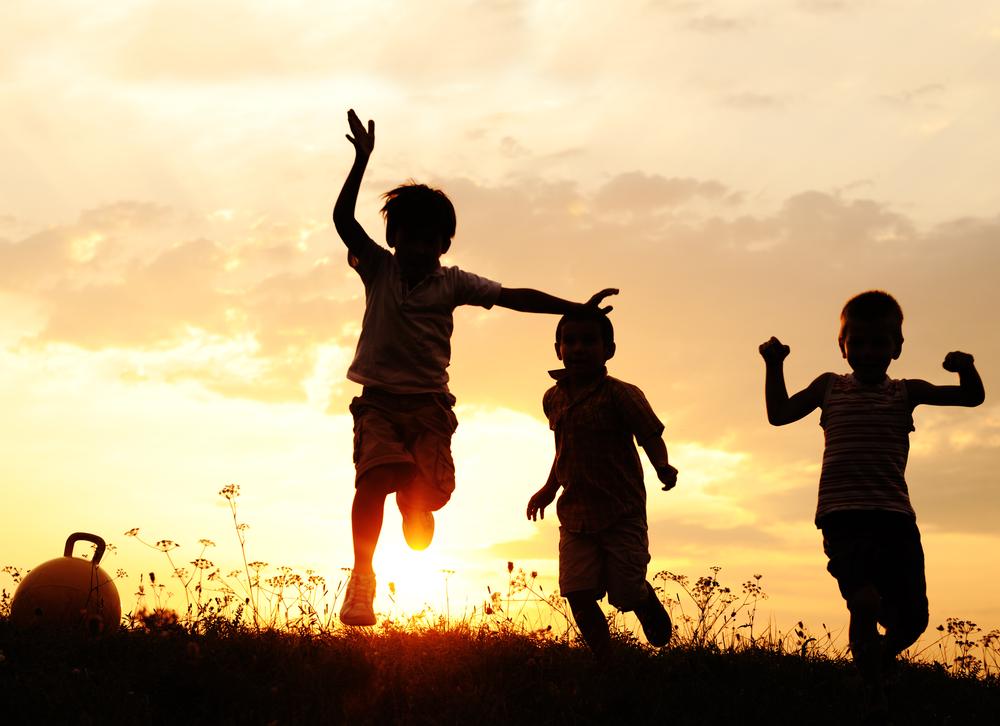 """Síndrome rara, que faz com a criança seja extremamente sociável, pode ser causada pelo excesso de """"hormônio do amor"""""""