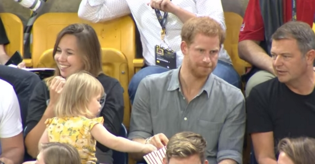 A reação do príncipe Harry ao perceber que essa criança estava roubando sua pipoca é fantástica!