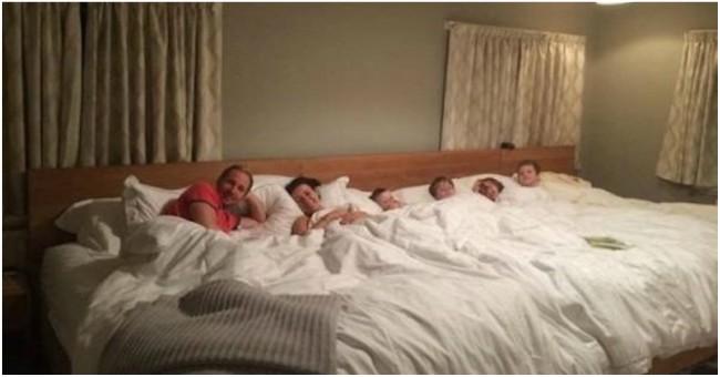 Casal divide a cama com os quatro filhos