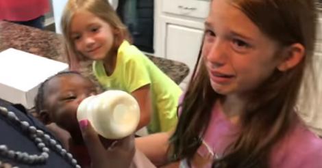 Video viral: Adoptaron una bebé por sorpresa y así reaccionaron sus demás hijas