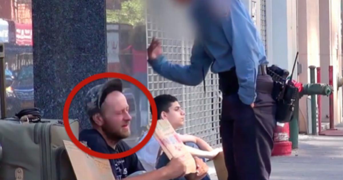 Cuando la mujer policía le pega, el pobre se queda callado. Pero el niño de atrás lo hace llorar