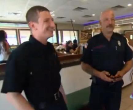 La camarera invita a desayunar a 2 desconocidos sin saber que ellos harían esto