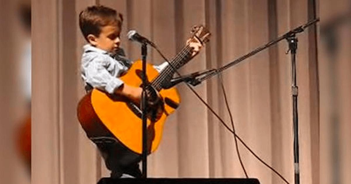 Este pequeño arrasa el escenario cantando una interpretación del Clásico de Johnny Cash