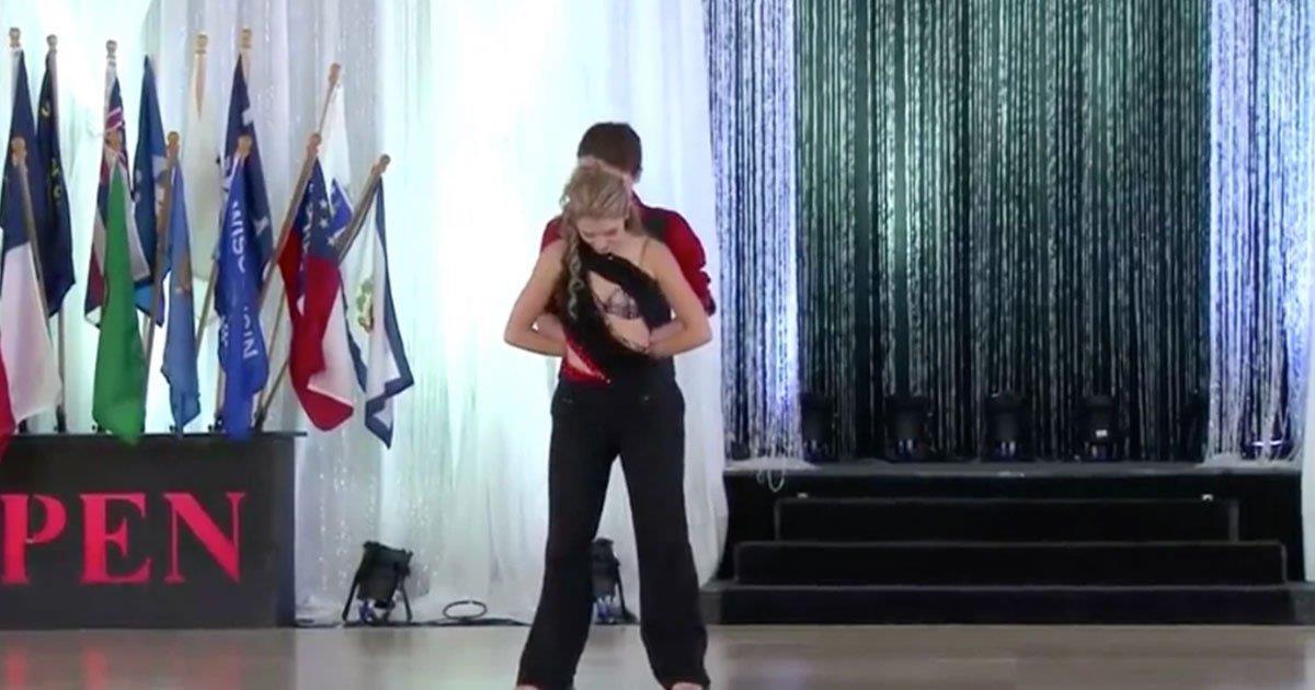 Una pareja comienza su rutina mirando al suelo. Momentos después, un baile swing perfecto logra el primer puesto