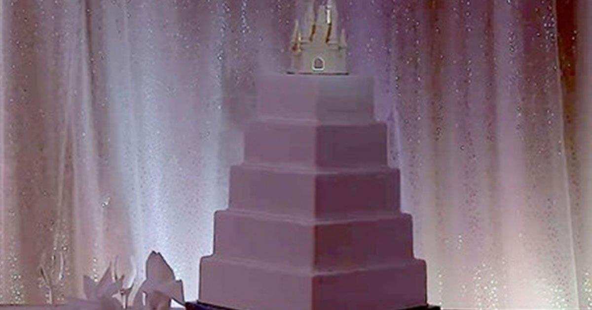 Todos creen que es un pastel de bodas normal. Luego comienza la música y el glaseado se transforma.