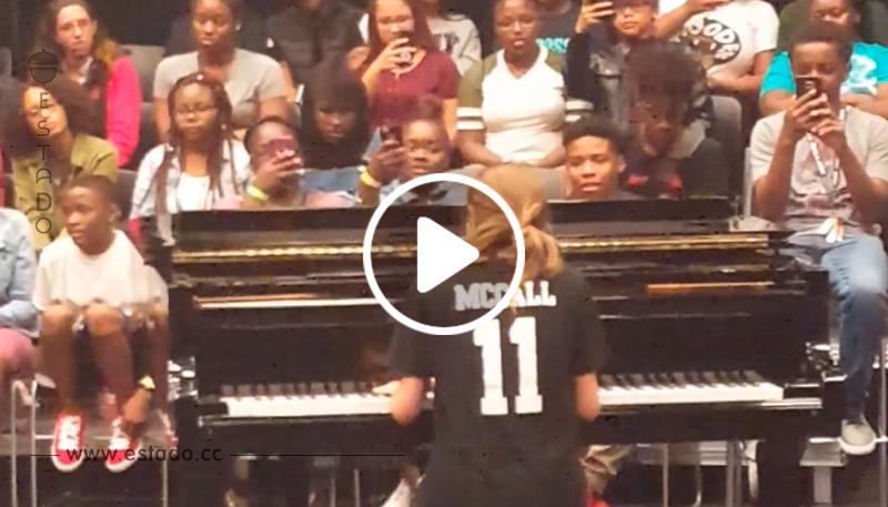 Una chica a sus compañeros de la escuela que no sabe cantar, pero cuando empieza su actuación deja a todos sorprendidos con su voz