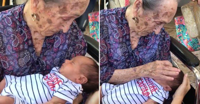 Anciana ve por primera vez a su tataranieto y el momento hace llorar Internet