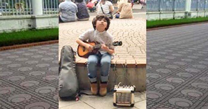 Niño impresiona con su talento al tocar el ukelele e hipnotiza a los internautas