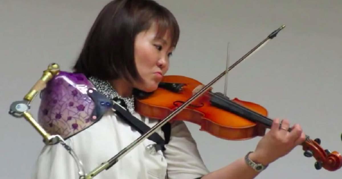 Joven violinista con solo un brazo sorprende al mundo entero con su talento -
