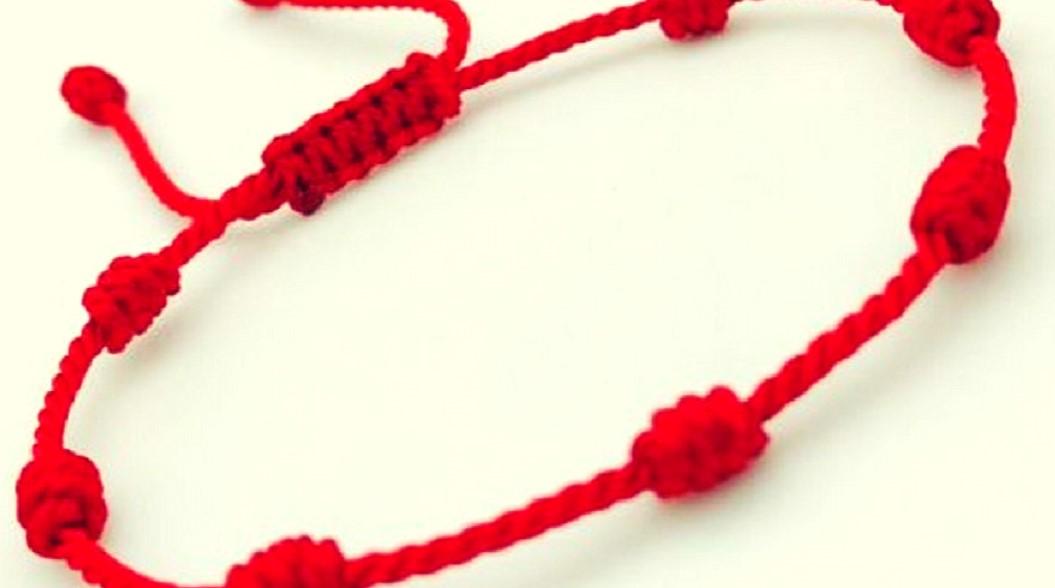Aquí el significado de llevar una pulsera roja de 7 nudos en la mano izquierda