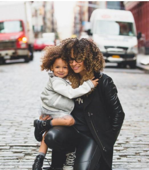 Mamás estrictas suelen tener hijos más exitosos, según estudio
