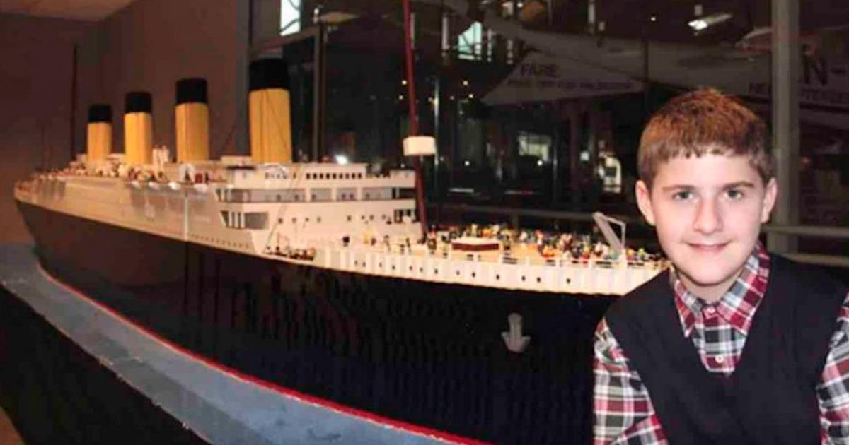 Niño con autismo construye la mejor réplica de Titanic utilizando solamente piezas de lego