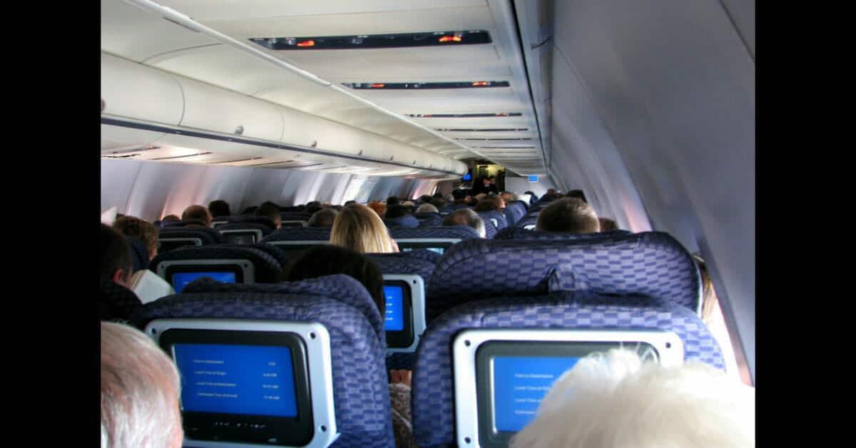 Jubilada toma asiento en el avión – luego el director de la aerolínea le exige su sitio