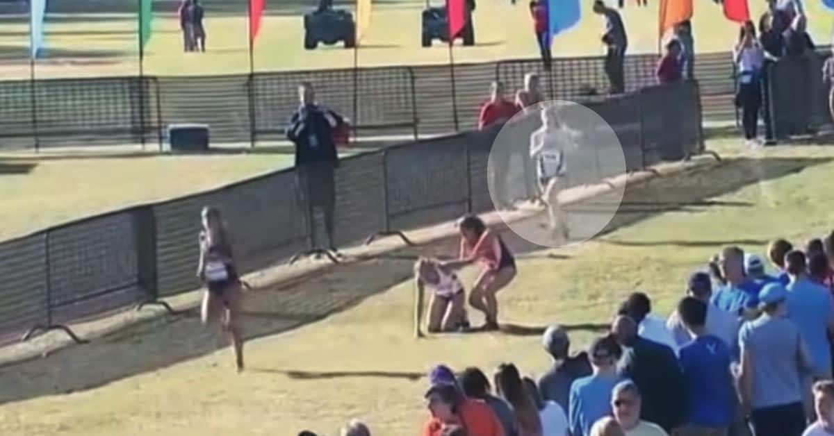 Chica se detuvo para ayudar a niña desplomada, pero es la corredora de atrás la que provoca titulares