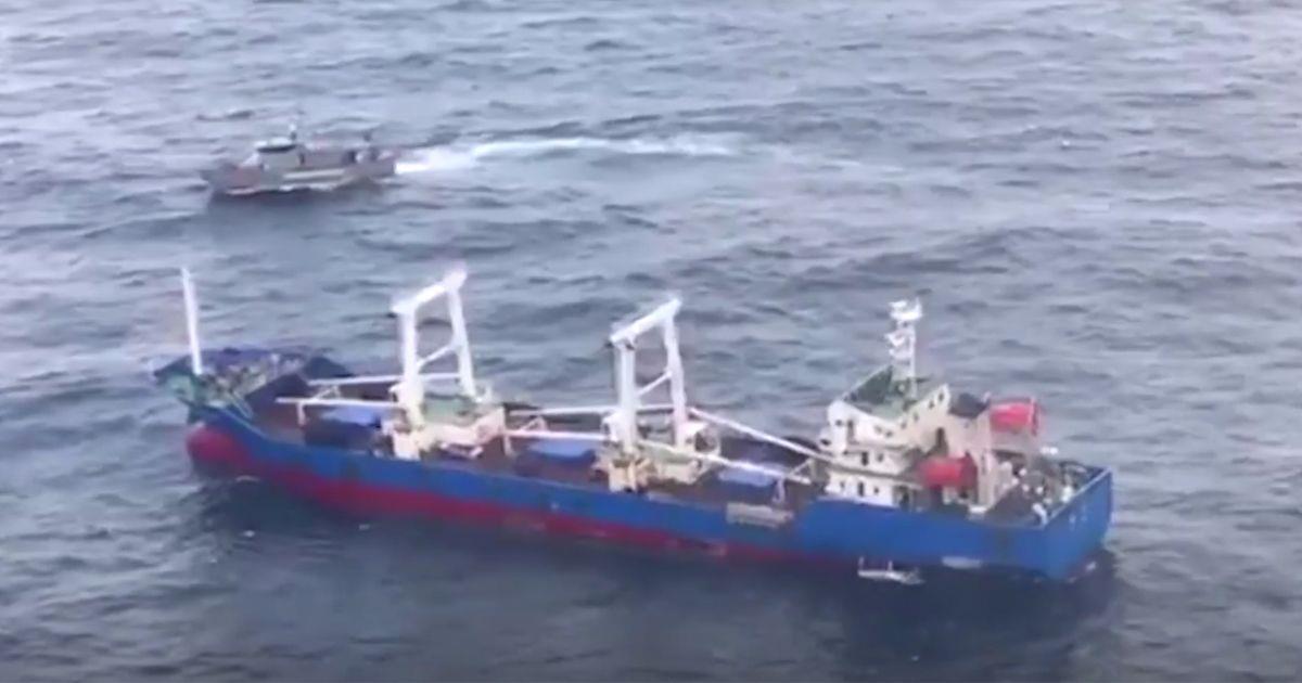 Un pesquero detenido por pescar en el Patrimonio Natural de las Islas Galápagos • La nube de algodón
