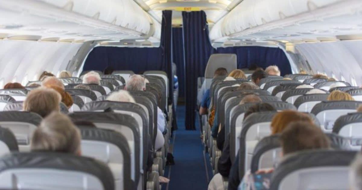 Mujer escucha la plática de dos soldados en el avión y comprende que tiene que hablar con la azafata