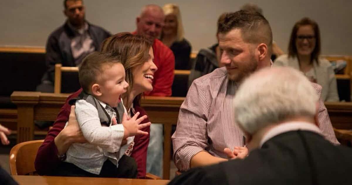 El juez declara quién tendrá la custodia del niño, el niño grita una palabra que de a todo el mundo frío