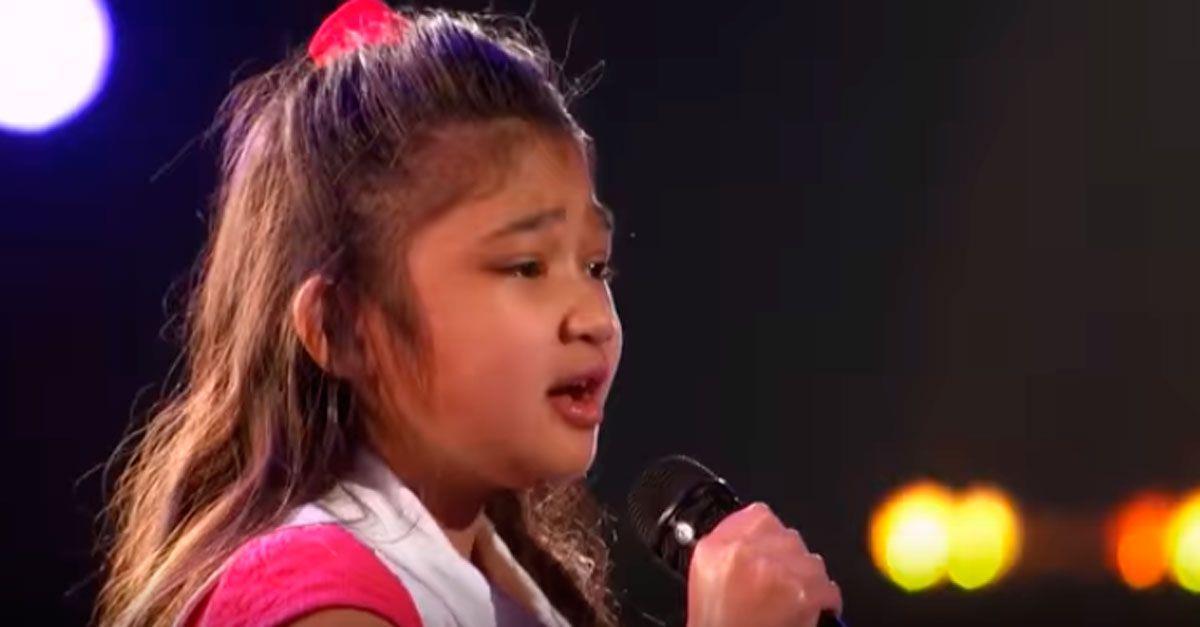 Esta niña tan solo tiene 9 años, pero le bastó comenzar a cantar para convertirse en una estrella • La nube de algodón