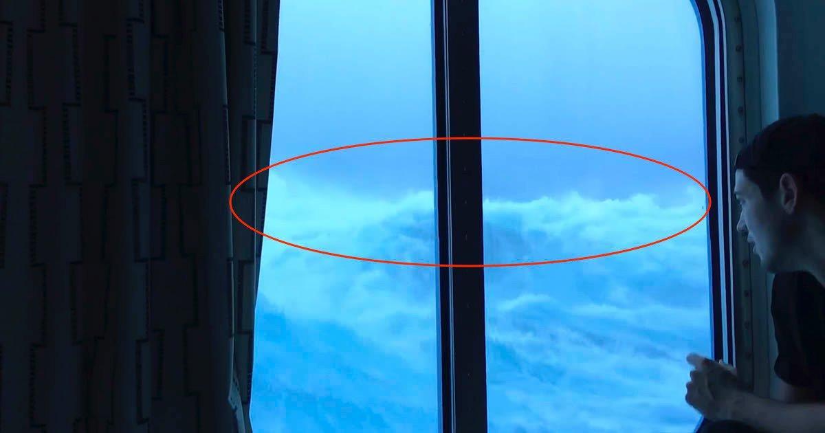 Olas gigantescas impactan contra las ventanas de la 3ª planta de un crucero