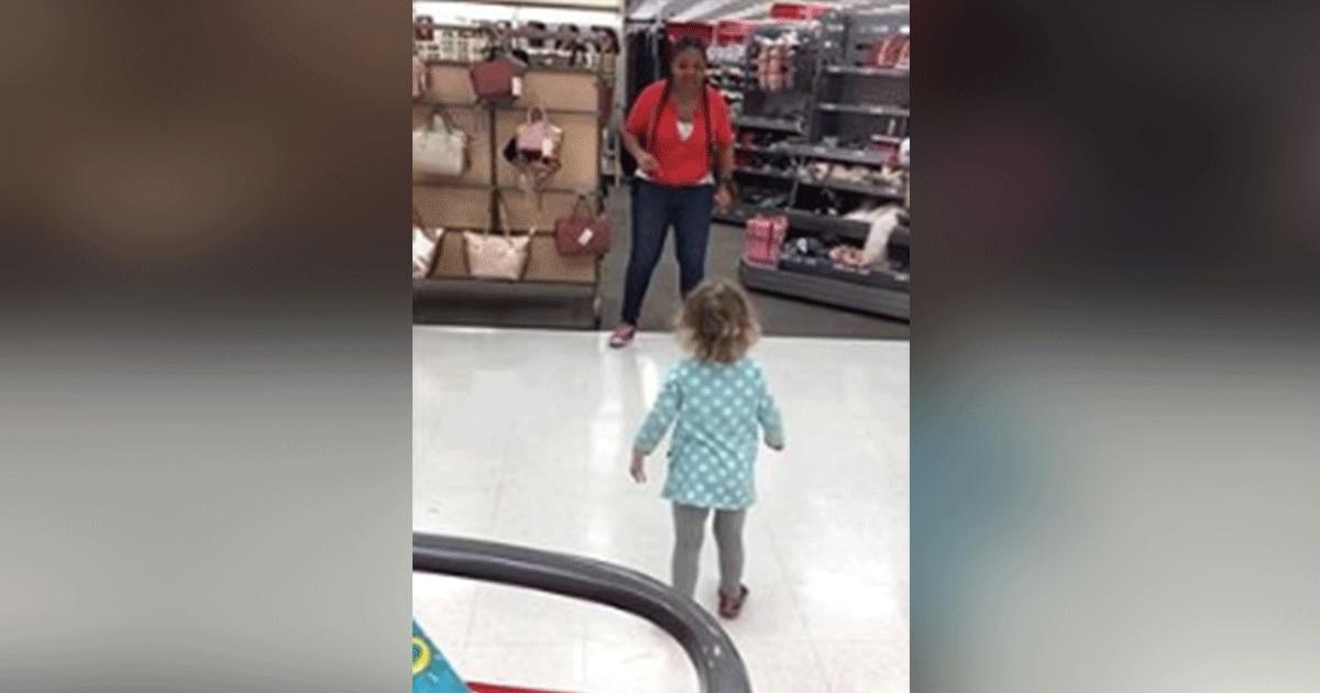 Pequeña de 2 años en una impresionante competencia de baile con una empleada de Target