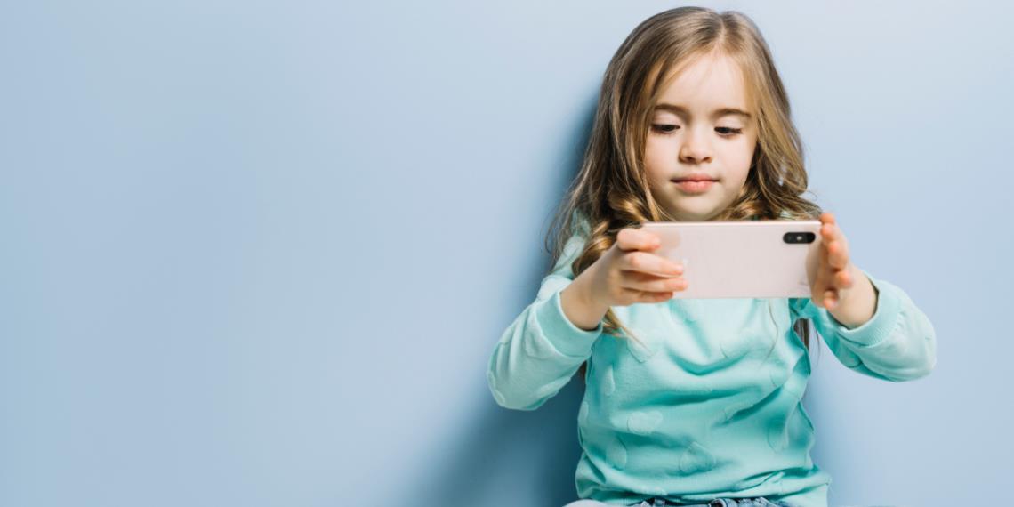Nueve daños que causas cuando le das el celular a tu hijo