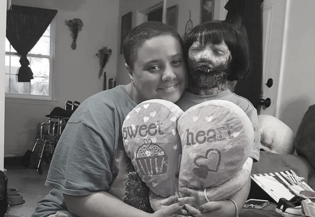 Mujer se casa con su muñeca zombie, a quien llama el   amor de su vida