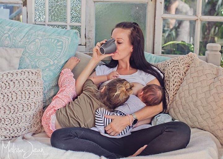 9 fotos de mamás amamantando a sus dos hijos que prueban que las mujeres somos INVENCIBLES