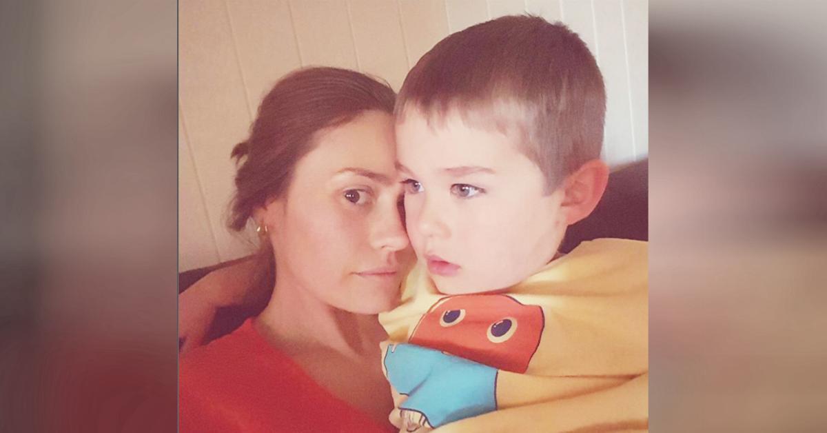 La llaman pervertida por foto en Instagram donde amamanta a su hijo de 4 años