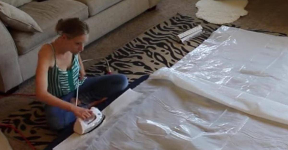 Mira lo que hace una mamá para sus hijos planchando sábana de plástico