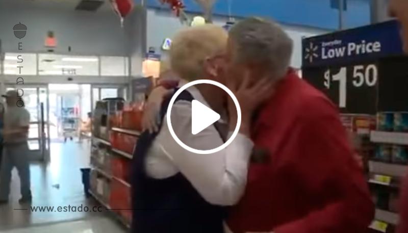 43 años después de su divorcio, empleada se da vuelta y ve a su ex esposo con un cartel que la hace llorar