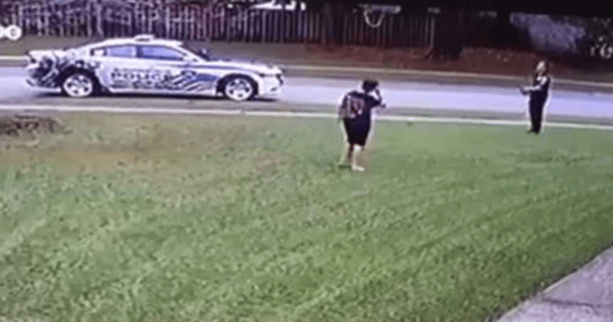 Oficial ve niño jugando pelota en el jardín, mira lo que sucede cuando se baja del auto