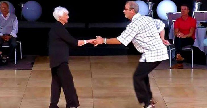 Este baile en pareja tiene a los ojos de todo el mundo fijos en sus pies