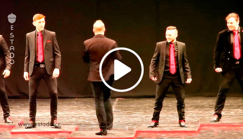 5 bailarinas suben al escenario, luego un hombre gira e instantáneamente se roba el espectáculo