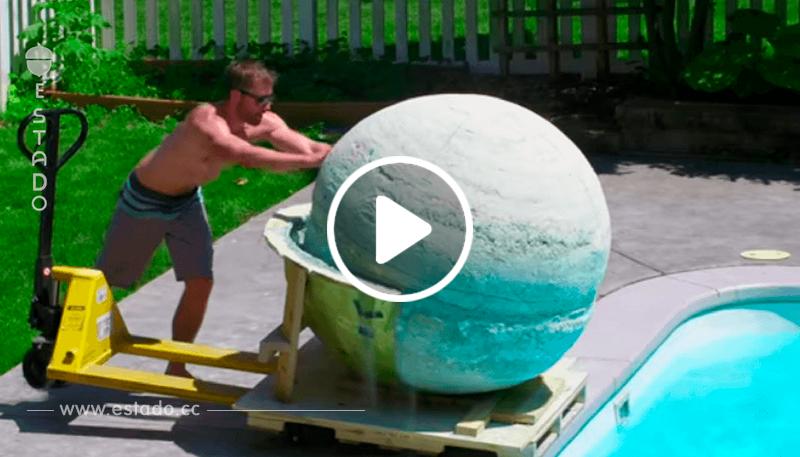 Un equipo crea una bomba de baño de 2000 libras. La arrojan a una piscina, ¡y mírala burbujear!