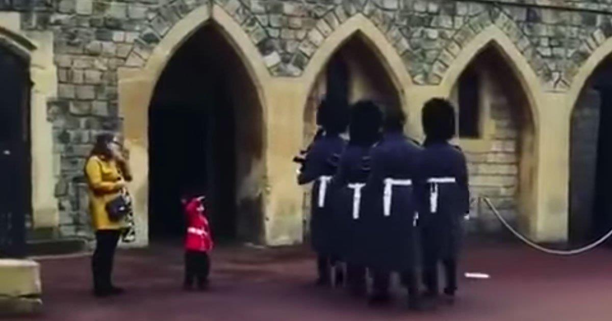 Pequeño saluda al guardia de la reina, pensando que no pasará nada, hasta que el soldado regresa
