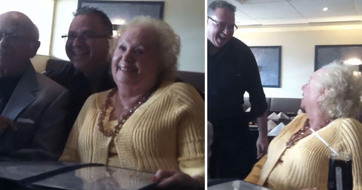 Abuela distraída se toma foto con camarero sin saber quién es hasta que lo mira dos veces