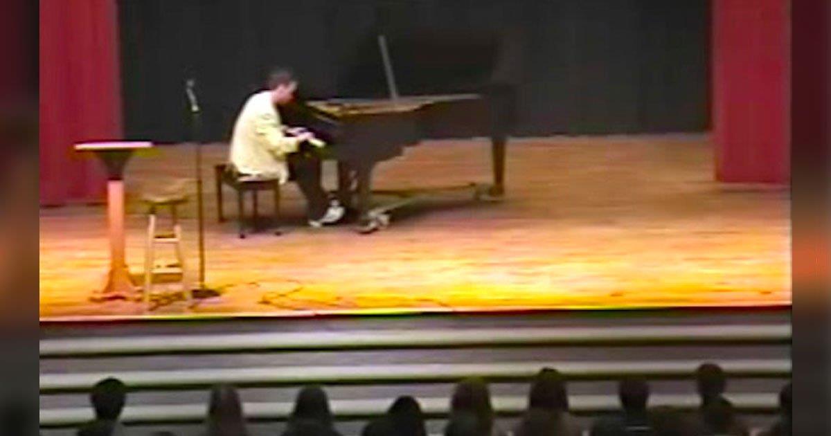 Público ríe cuando pianista toca canción sencilla. Momentos más tarde, su acto tiene a todos en silencio.