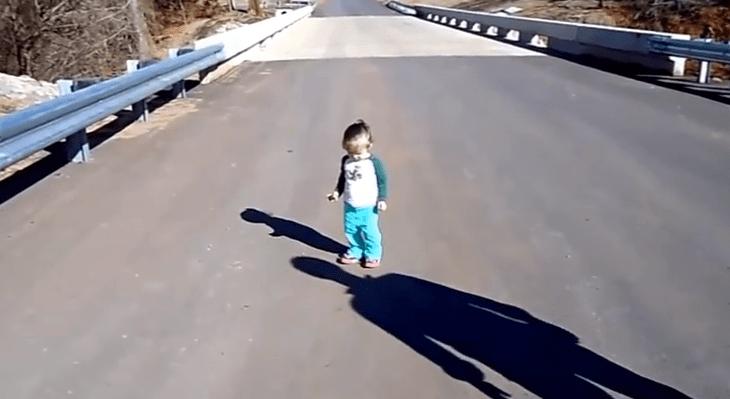 Divertidas reacciones de bebes cuando ven su propia sombra