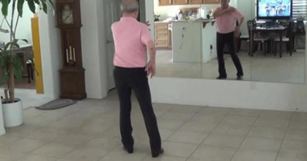 El abuelo entra en escena para realizar su rutina de danza en línea, y es imparable