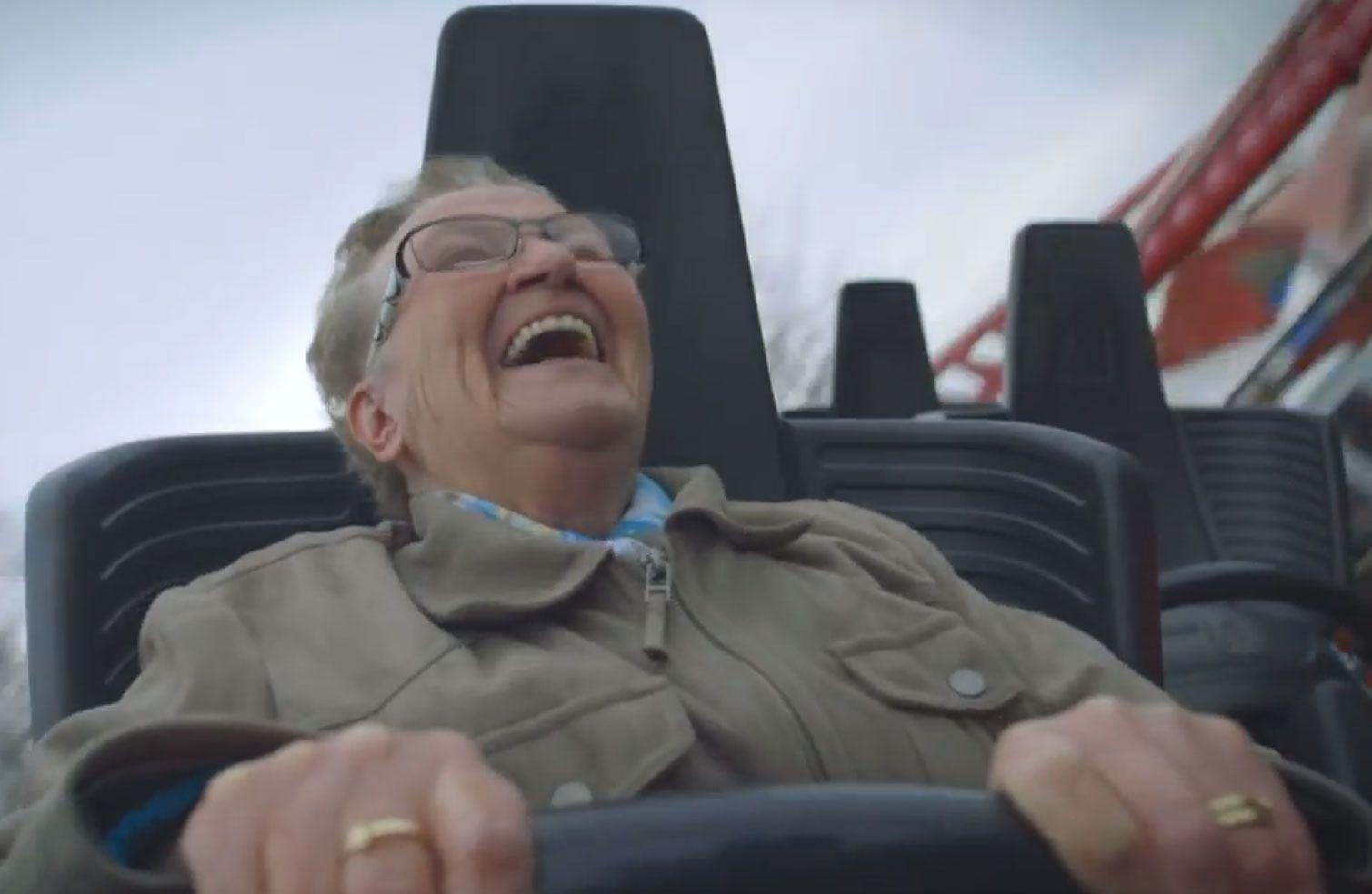 Una señora de 78 años sube a una montaña rusa por primera vez