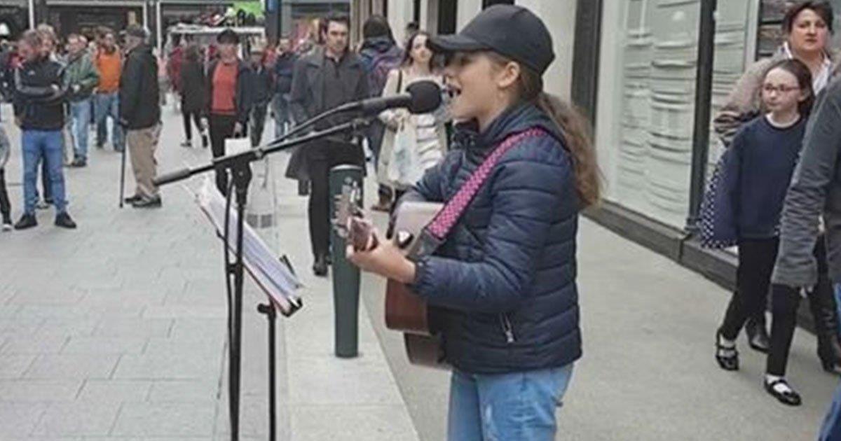 Una artista callejera de 12 años canta