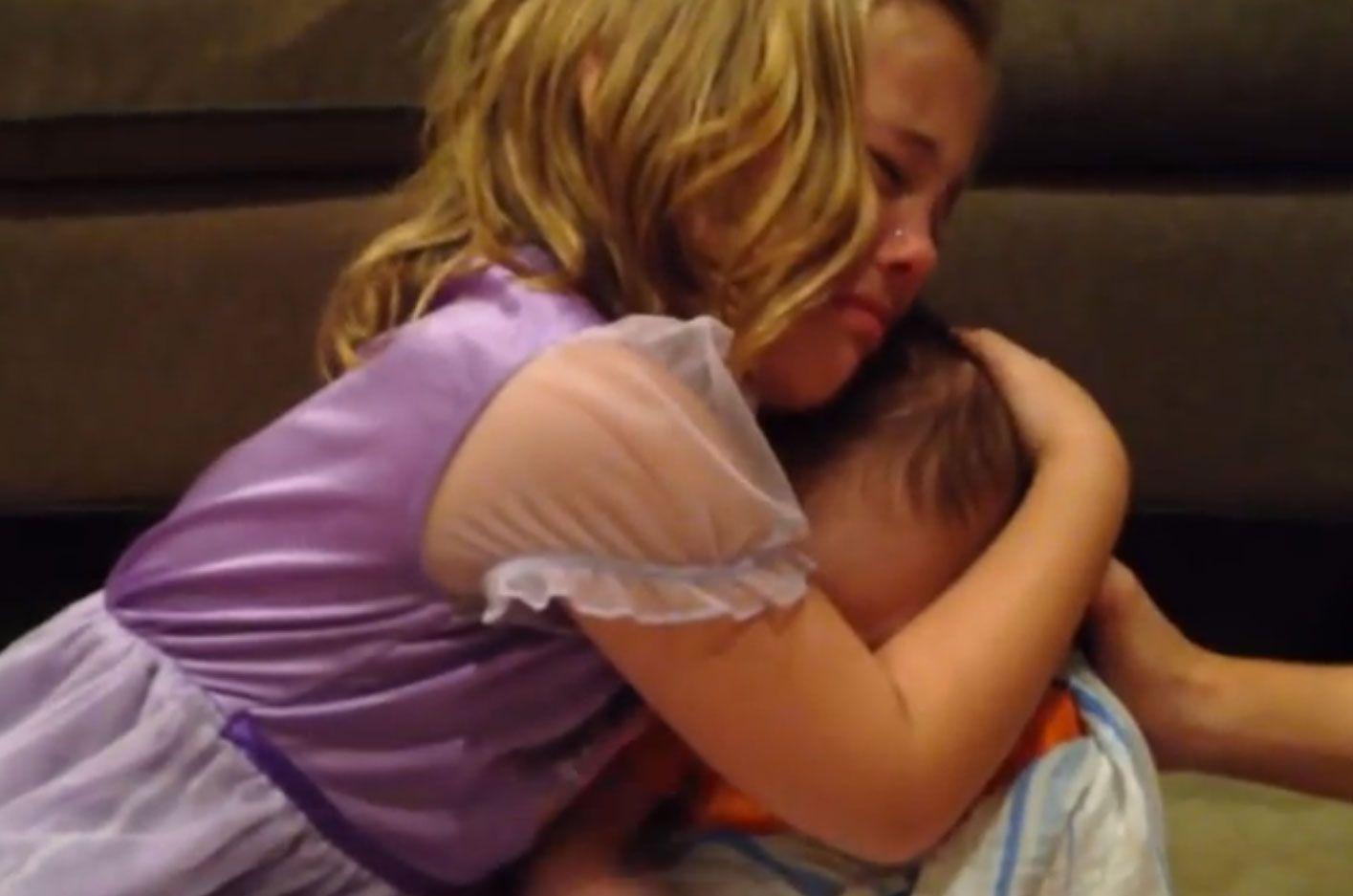 Esta niña tiene un deseo imposible que su hermanito no crezca más